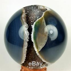 3.83 Sphère En Agate Polie Avec Amas De Cristal Au Centre Du Bois, Stand Brésil A284