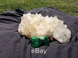 Géant Large Grappe De Cristal De Quartz 70lbs Avec Stand Et Spotlight. Massif