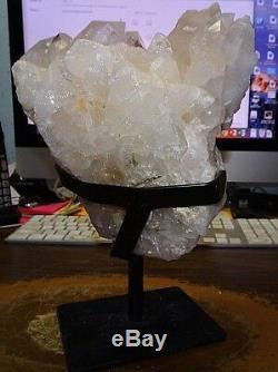 Grand Geode Cluster En Cristal De Quartz Clair Du Support En Acier De La Cathédrale Du Brésil